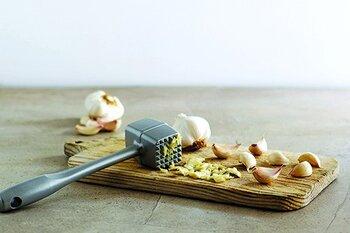 peeling garlic using mallet